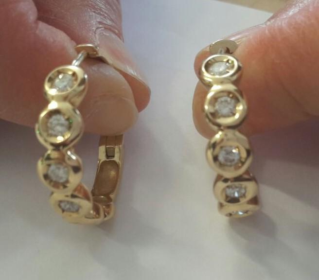 Paar goldene Ohrringe