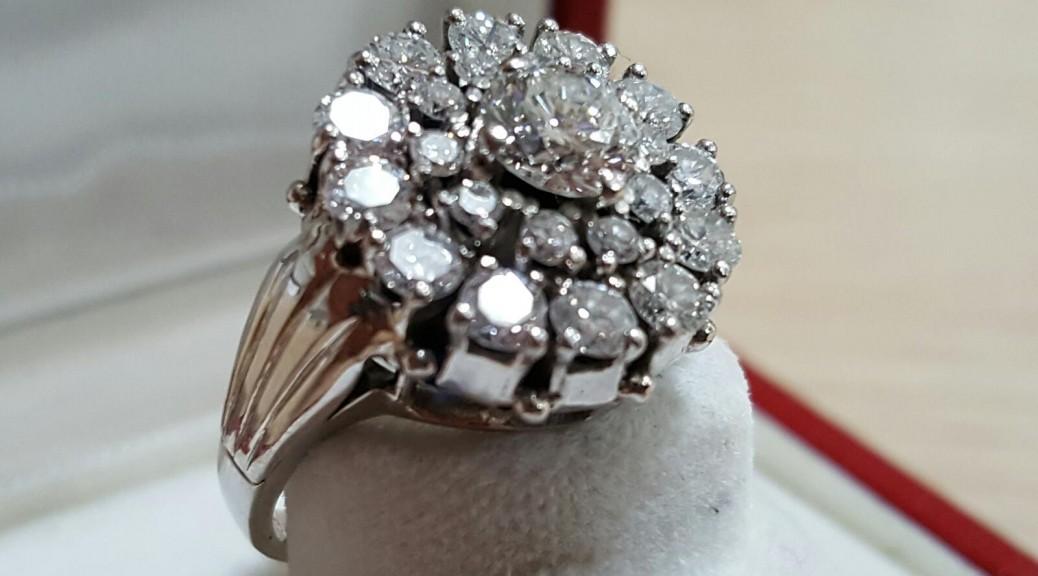 Weißgoldener Ring mit Brillanten