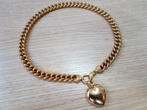 Goldene Halskette mit Herzanhänger