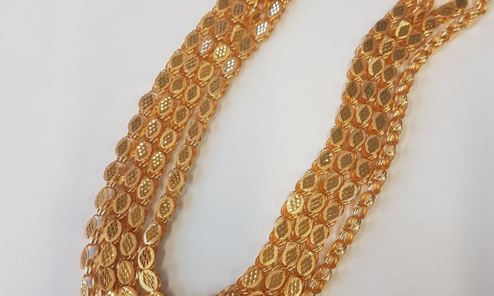Lange goldene Halskette