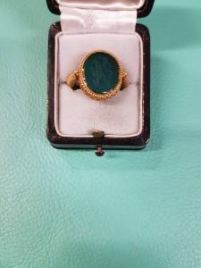 Goldener Ring mit grünen Stein