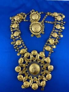 Goldenes Collier mit bunten Steinen