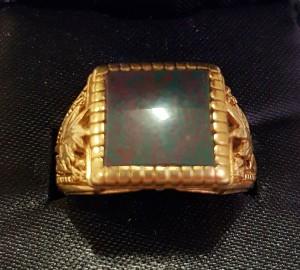 Goldring mit dunkler Platte