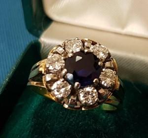 Goldener Ring mit blauem Stein