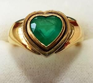 Goldener Ring mit grünem Stein
