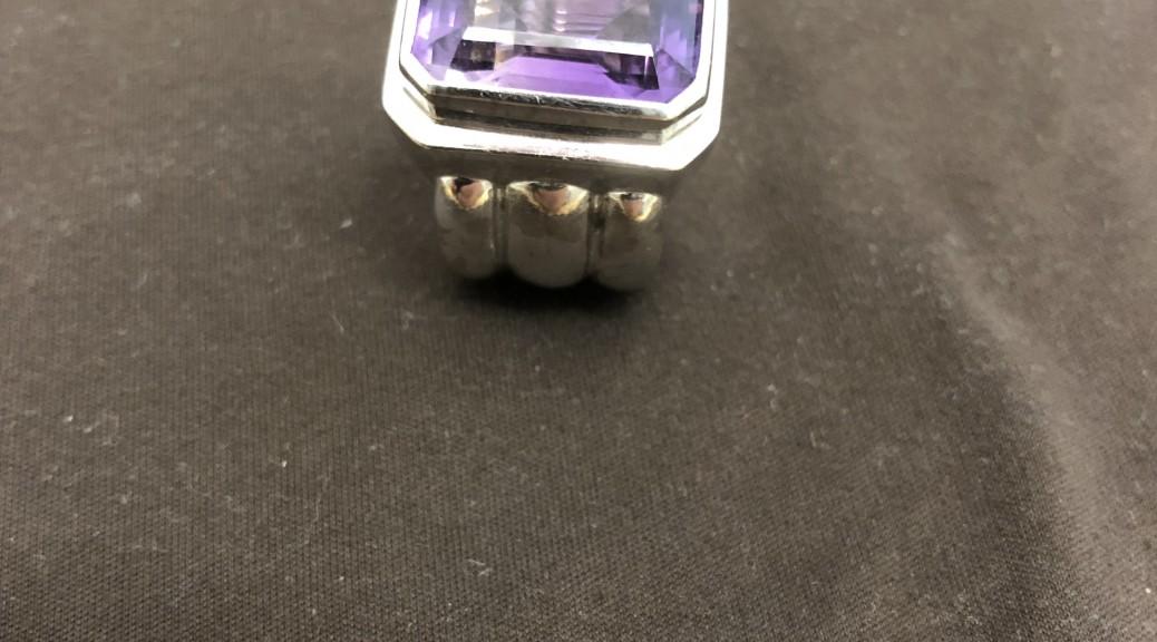 Weißgoldener Ring mit lila Stein