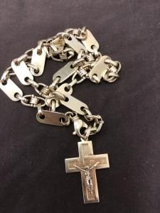 Goldene Halskette mit Kreuzanhänger