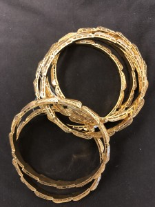 Sechs goldene Armreife