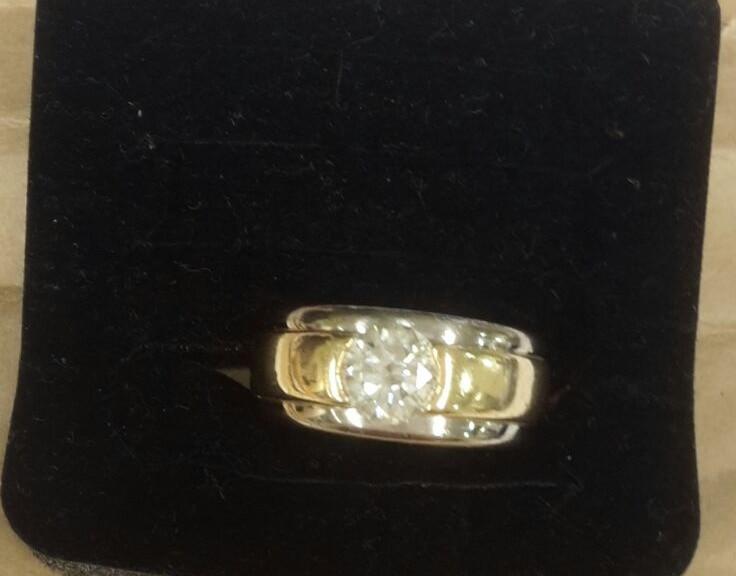 Goldener Ring mit einem Brillanten