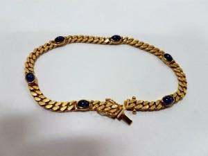 Goldenes Armband mit blauen Steinen