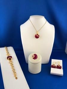 Set aus goldenen Armband, Ring, Anhänger, Kette und Paar Ohrringe