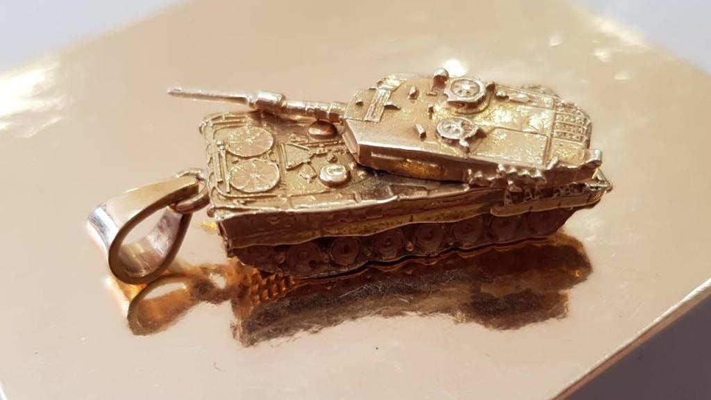 Goldener Anhänger Panzer