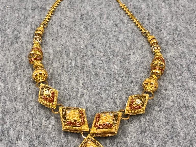 Goldenes Collier mit Emaille