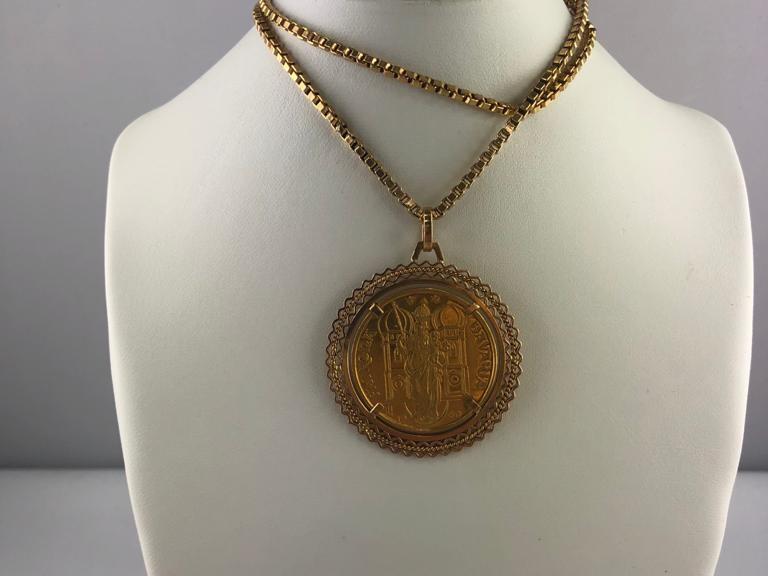 Goldene Halskette mit Münzanhänger