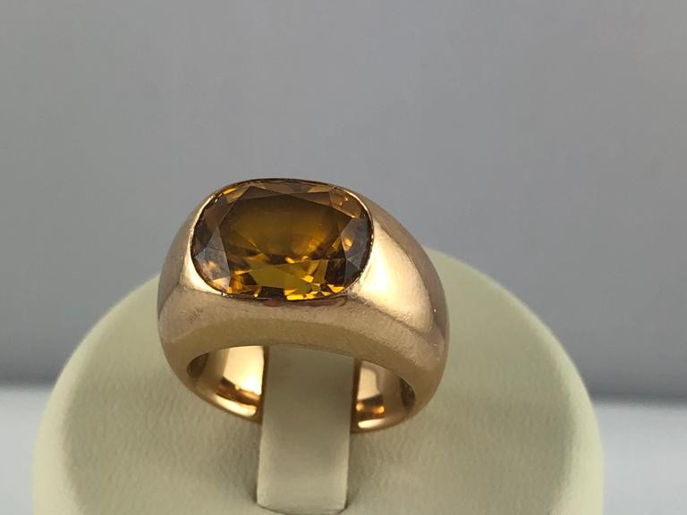 Goldring mit gelben Stein