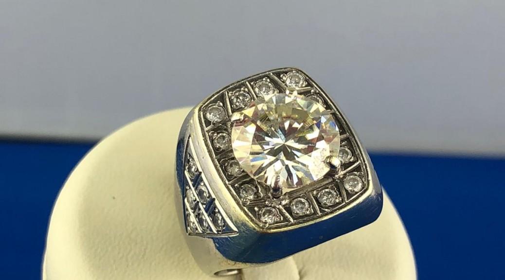 Weißgold Ring mit weißen Stein