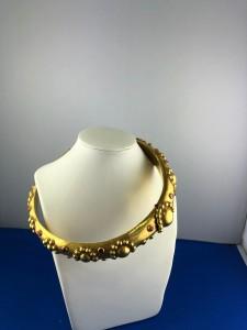 Goldener Halsreif mit roten Steinen