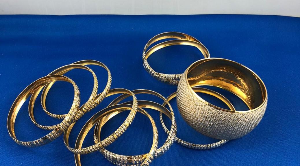 Zehn dünne goldene/weißgoldene Armreife