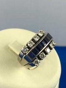 Weißgoldener Ring mit blauen Steinen