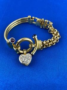 Goldarmband mit bunten Stein