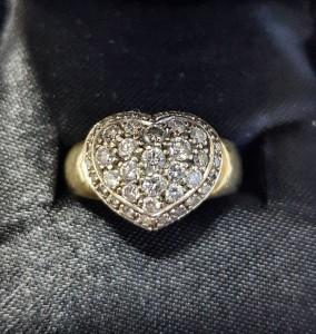 Goldener Ring mit Brillanten