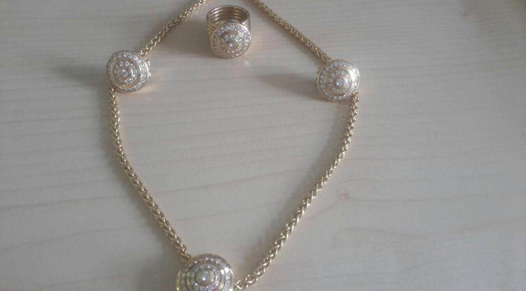 Goldenes Collier mit Anhänger, paar Ohrclip und Ring