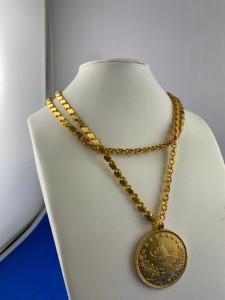Goldene Halskette mit Goldanhänger