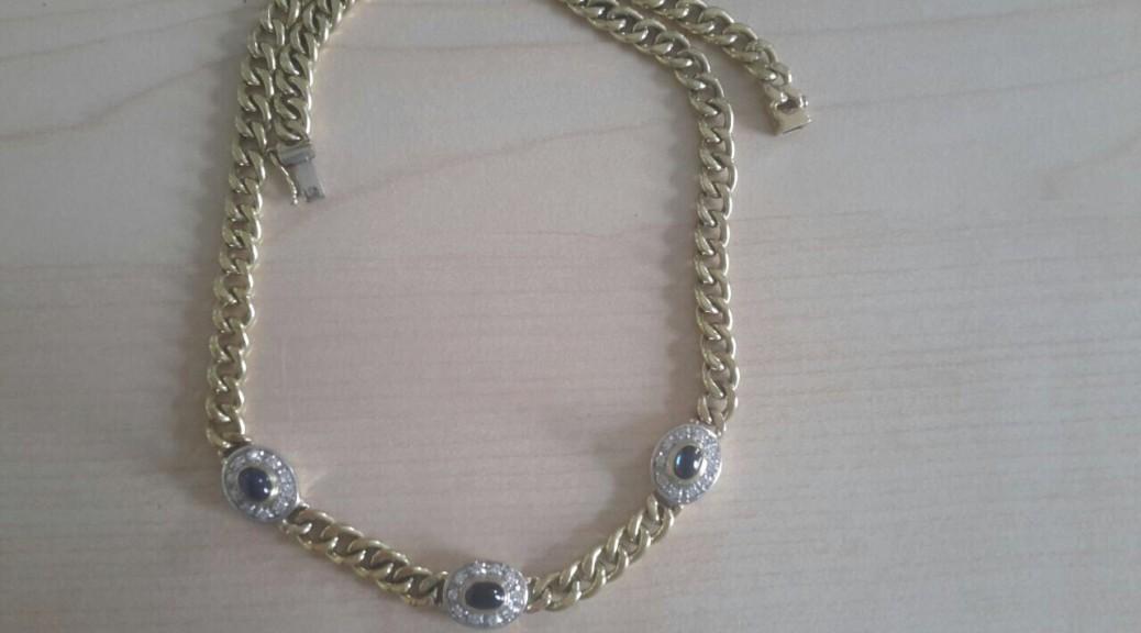 Goldenes Collier mit Steinen