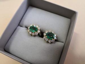 Paar Brillant-Ohrstecker mit grünen Steinen